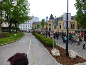 Photo: Die kurze Prozession vom Rennerplatz in die Kirche.