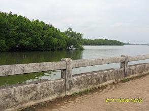 Photo: (Die Uttarakit Road am Wasser)
