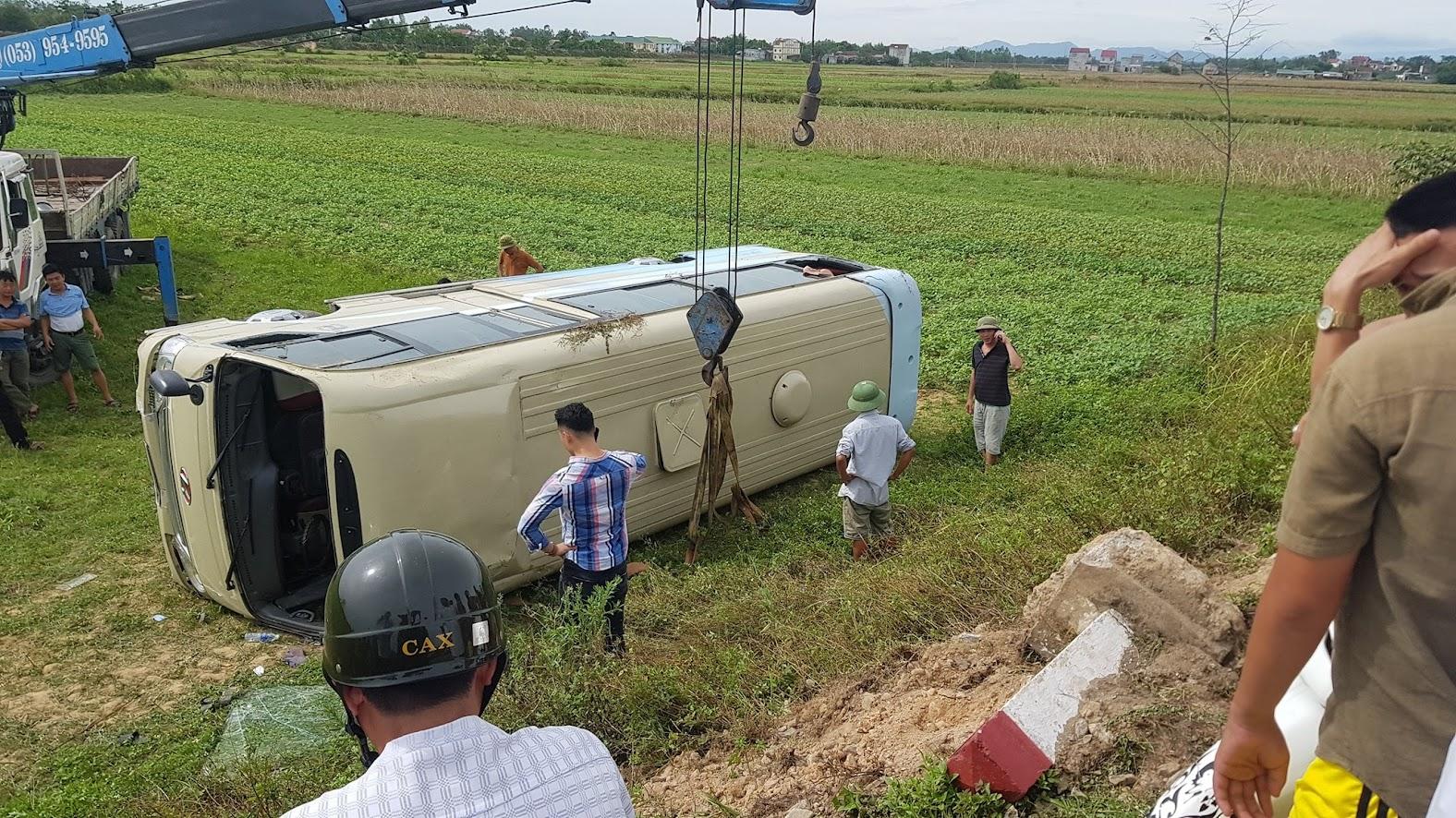 Chiếc xe được cẩu lên khỏi hiện trường
