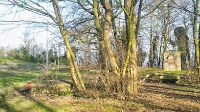 Photo: Bunkerrelikte an der Südostecke des Sportplatzes in einer Übersicht. Der Bunkereingang mit weiteren ,Klötzchen' liegt rechts (südlich) vom Photographen.