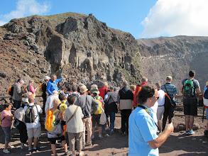 Photo: It.s3S203-141007Vésuve, sur le bord du cratère, explication du guide dédié   IMG_5478
