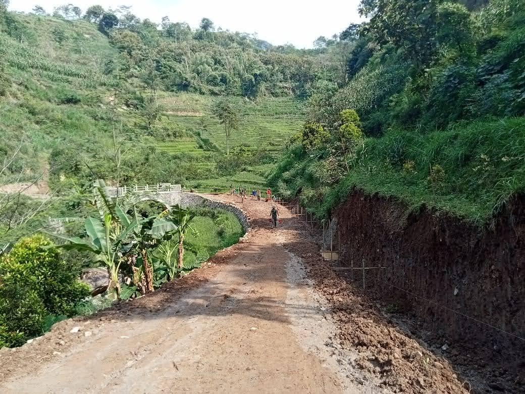 Tak Menyurutkan Semangat Satgas TMMD Membangun Desa Gonggang Walau Cuaca Tak Bersahabat