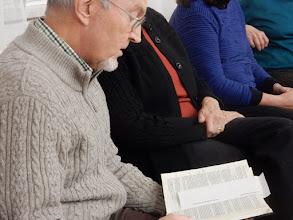 Photo: Peter liest aus der Bibel vom barmherzigen Samariter