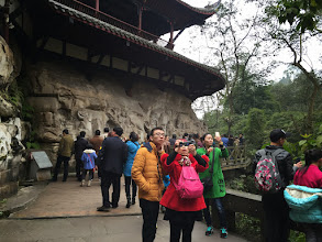 Photo: 人が多い。狭い道での中国の人たちは自分の都合で立ち止まっておしゃべりしたり、人の迷惑顧みないのだと痛感。だから自己主張して自分を前に出さなければならないのだ、と生き方を学ぶ。