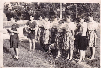 """Photo: 1953 nyara. Az aratókat és az őket segítőket köszöntötték, szórakoztatták a Vöröskereszttől az úgynevezett """"kultúrbrigád"""". Nemesócsáról voltak többek között, köztük négy csicsói lány: Szalai Matild, Szalai Irma, Kovács Mária, Mydliar Irena."""