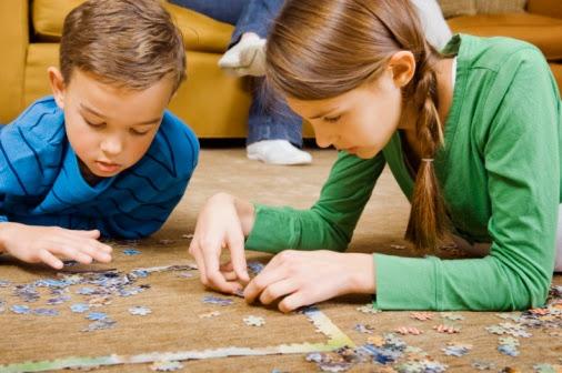 niños resolviendo un puzle