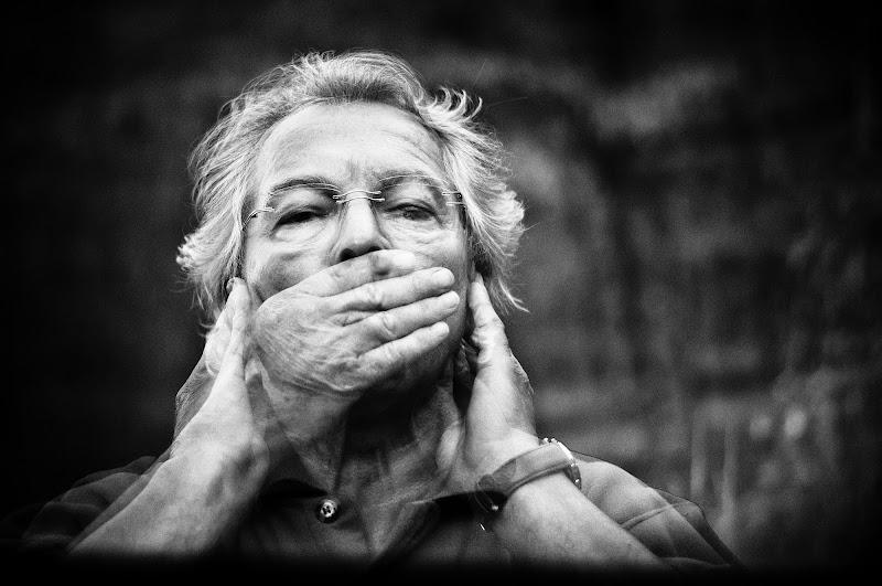 Silenzio? Non sentire, non parlare e vedere poco. di Anna Martini