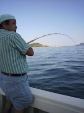 Photo: 「しんちゃん! こげんやって釣っとばい!」 絶好調のエシマさん!