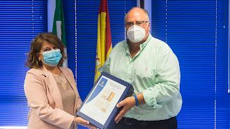 La alcaldesa, Lourdes Ramos, recibe el proyecto del diputado Eugenio Gonzálvez