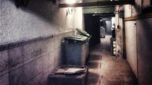 Corredor subterraneo donde se deposita la basura