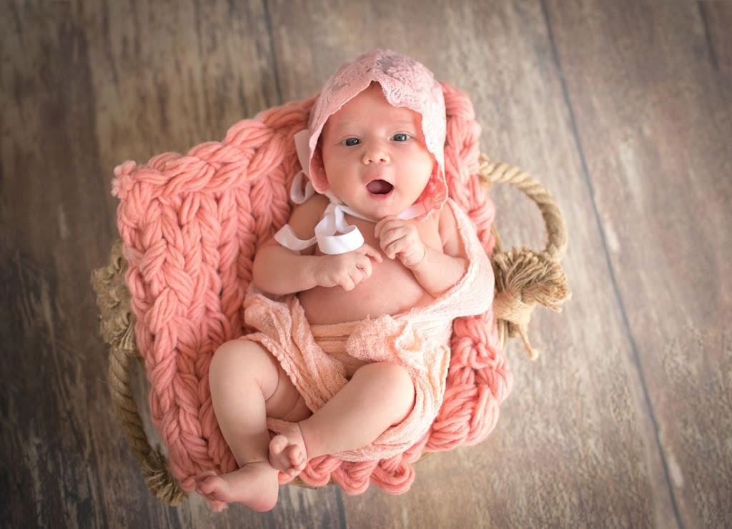 Ein Baby in einem Rosakorb.