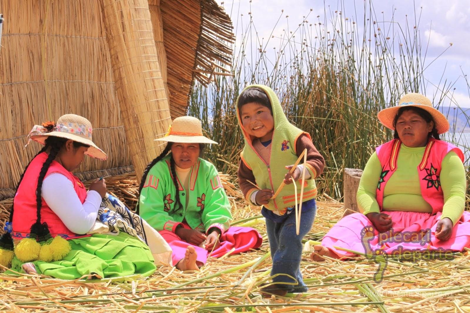 comunitatea Los Uros, pe insulele plutitoare, pe Lacul Titicaca, la 4000m in Peru