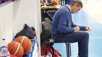 Paco Rueda lleva medio siglo en el baloncesto.