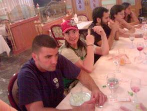 Photo: Husky, Javier el empananiño con gorra en la mesa, Alejandro y Marta al fondo