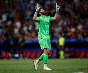 ONGELOFELIJK: keeper Liverpool pakt de drie punten door in de laatste seconde te scoren