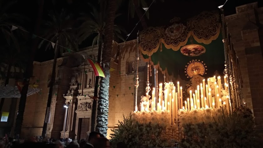 La Esperanza saliendo de la Plaza de la Catedral.