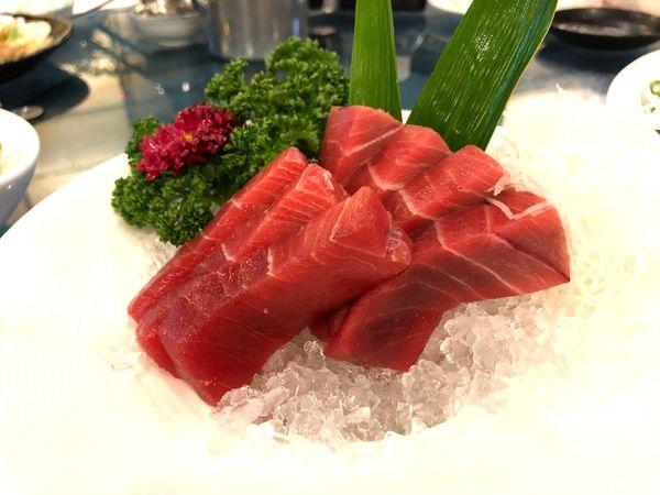 佳珍海產餐廳東港超人氣黑鮪魚餐廳,第一尾十連霸,偏貴的但好吃的黑鮪魚皮油,五味香螺還不錯吃,醃蘿蔔的味道很特別。