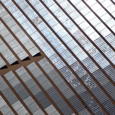 Luftnahaufnahme von Sonnenkollektoren, die Sonnenstrahlen einfangen