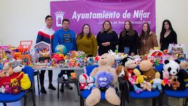 Las concejalas y jóvenes de Sol Descalzo con los juguetes.