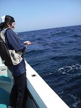 """Photo: 初乗船の""""トモナガさん""""に待望のヒット! 「うわー!、ギャー、ヒー」・・結構、興奮してました!"""