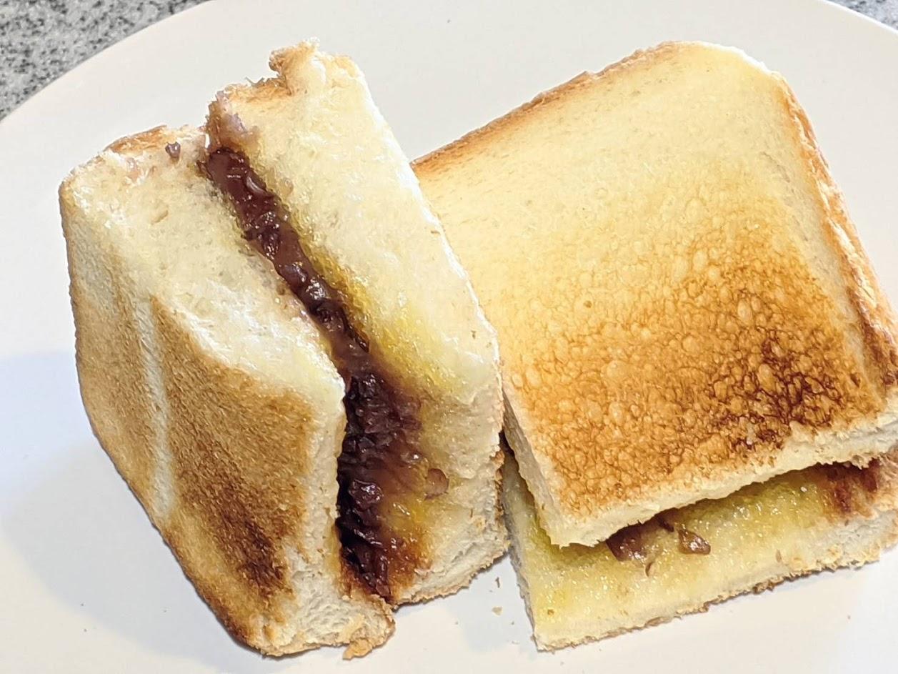 あんバターをトーストに挟み、4等分して白いお皿に乗せた画像