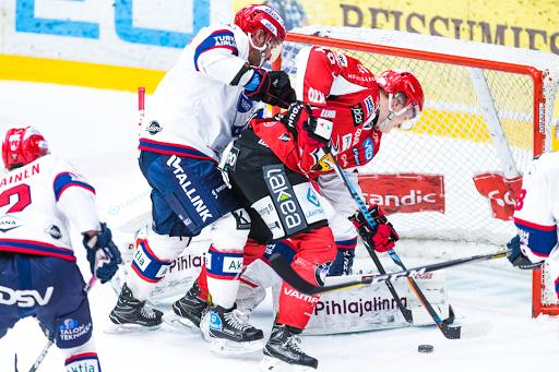 Tommi Tikka ja Markus Kankaanperä taistelivat irtokiekosta. Kankaanperän IFK vei ottelun 2–4. (Kuva: Emil Hansson)