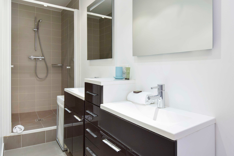 Luxury en-suite bathroom at Rue de Montorgueil Serviced Apartment, Opera