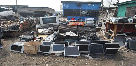 Beaucoup d'ordinateurs et appareils cassés high-tech par terre dans un site de décharge