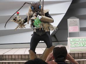 Photo: お約束の薔薇。秋田美人にプレゼントする。 投げずに手渡すことにしたようだ。賢明ですな。