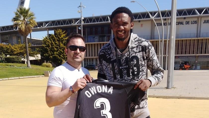 Emilio Marín con Lucien Owona tras el entrenamiento.