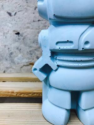 déco en béton bleu avec cette figurine déco en forme de robot