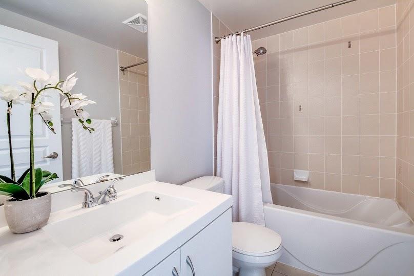 Wyposażenie łazienki w lustro sprawi, że przestrzeń będzie wydawać się optycznie większa