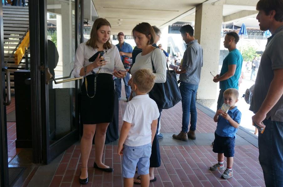 En Berkeley,  los padres llevan a sus hijos para que escuchen la Sinfonía de Beethoven en el auditorio Zellerbach Hall de la Universidad de California.