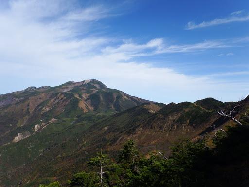 向かう縦走路と白山