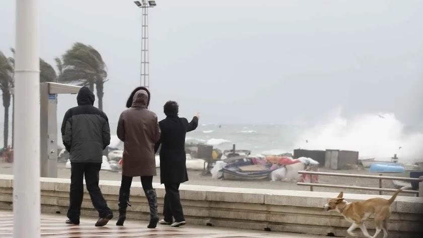 El oleaje y el fuerte viento, protagonistas de este lunes.