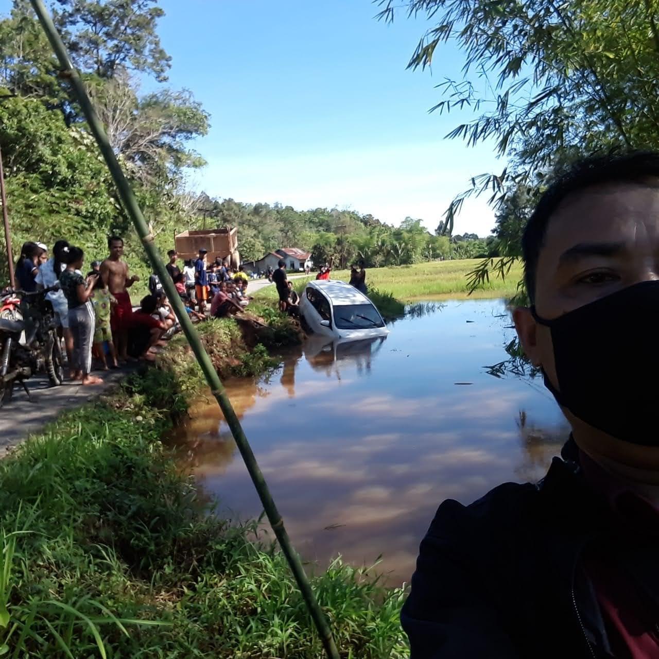 Laka Lantas Tunggal Mobil Sedan Nyungsep di Riam Sangkar Tikalong