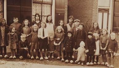 Photo: Foto op de Boorstoep 1933,  links Jannie, Gerrit Breur en Miep, voor Gerrit Jaantje en achterste rij  in het midden Adrie ( voor het blind )