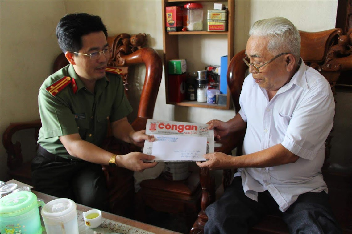 Thăng, tặng quà Đồng chí Cao Đăng Nghĩa nguyên Tổng biên tập Báo Công an Nghệ An
