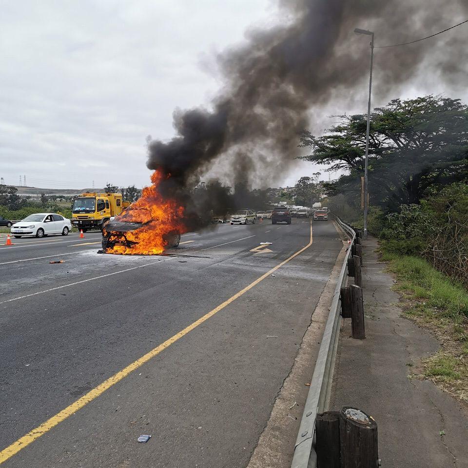 Motor bars in vlamme op die R102 van Durban - SowetanLIVE