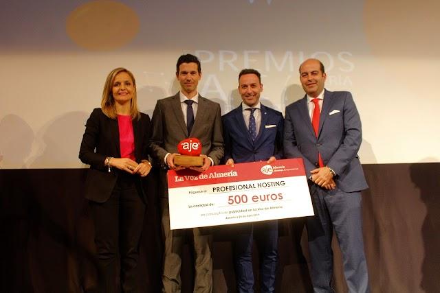 Maribel Sánchez, delegada;David García, Profesional Hosting, Ricardo Céspedes, director Comercial de La Voz; y José González, AJE.