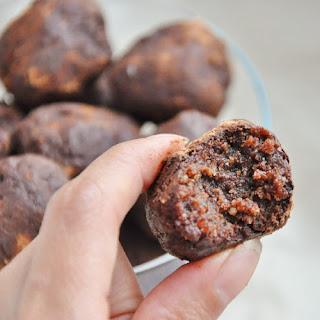 Healthy Date Walnut Cacao Bites (vegan, paleo, flourless).