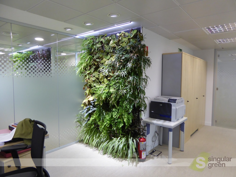 Jardín vertical con iluminación artificial