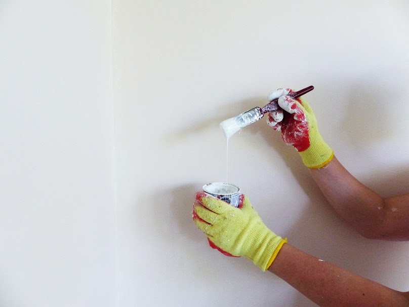 Do malowania ścian wilgotnych można wybrać farbę przepuszczającą, odcinającą lub odpowiednią farbę podkładową