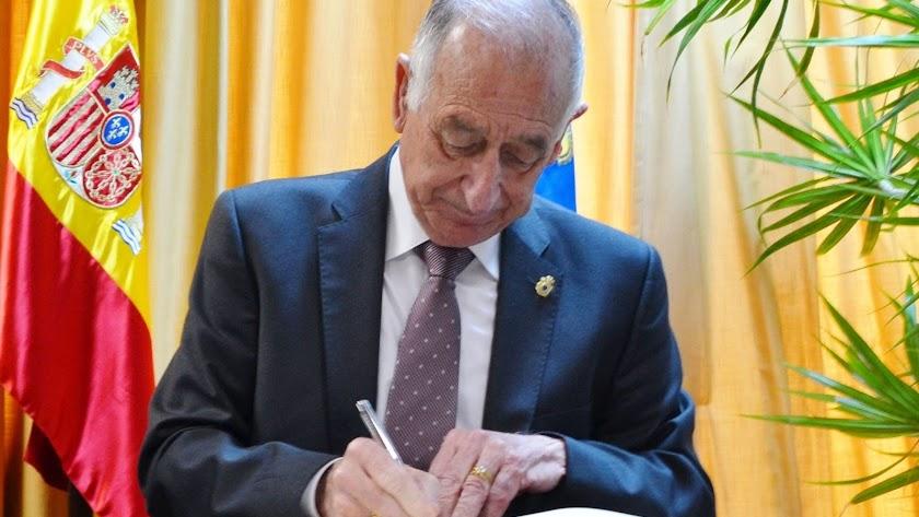Gabriel Amat durante la firma de los proyectos.