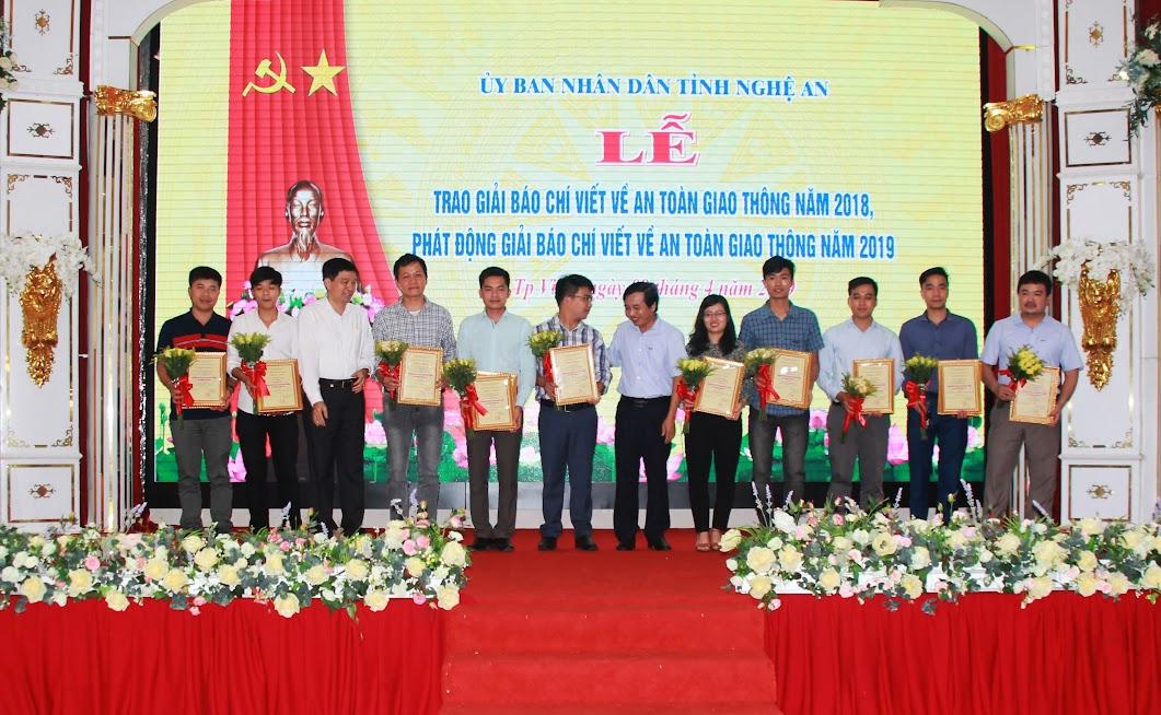 Ban tổ chức trao giải Khuyến khích cho các tác giả