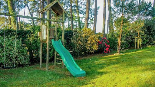 Propriété du Verdon, L'aire de jeux des enfants : toboggan et balançoires