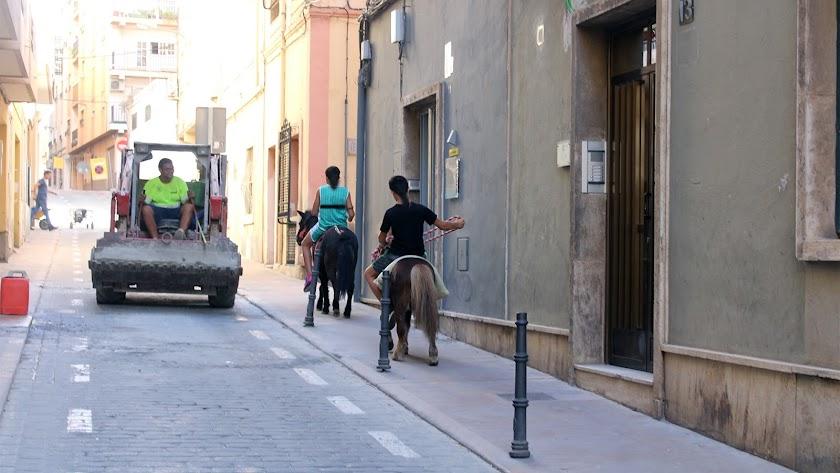 Niños paseando tranquilamente con sus caballos por la calle de Navarro Darax, en una escena propia de hace 50 años