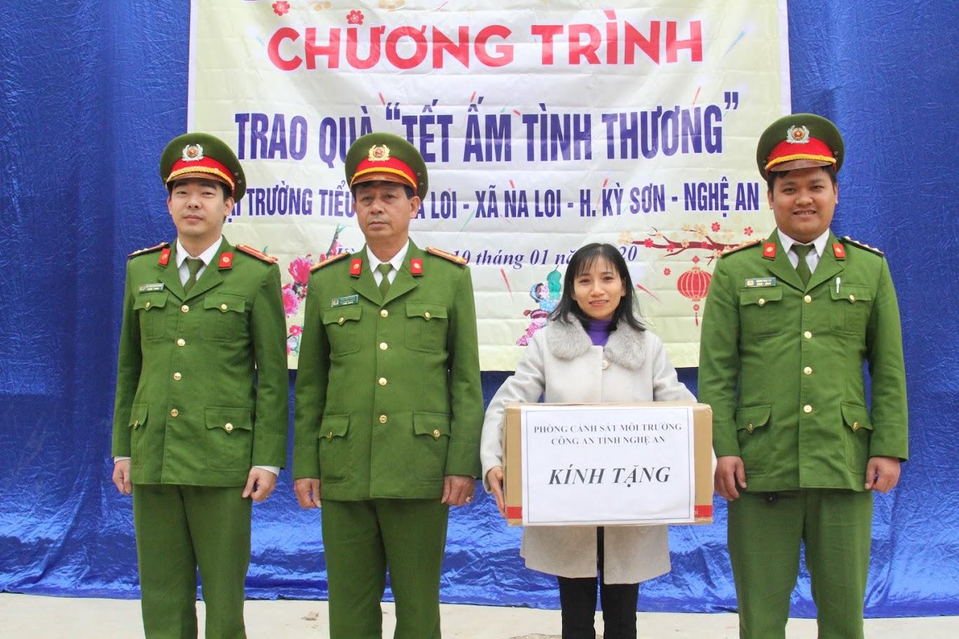 Phòng CSMT tặng quà cho đại diện Trường Tiểu học Na Loi