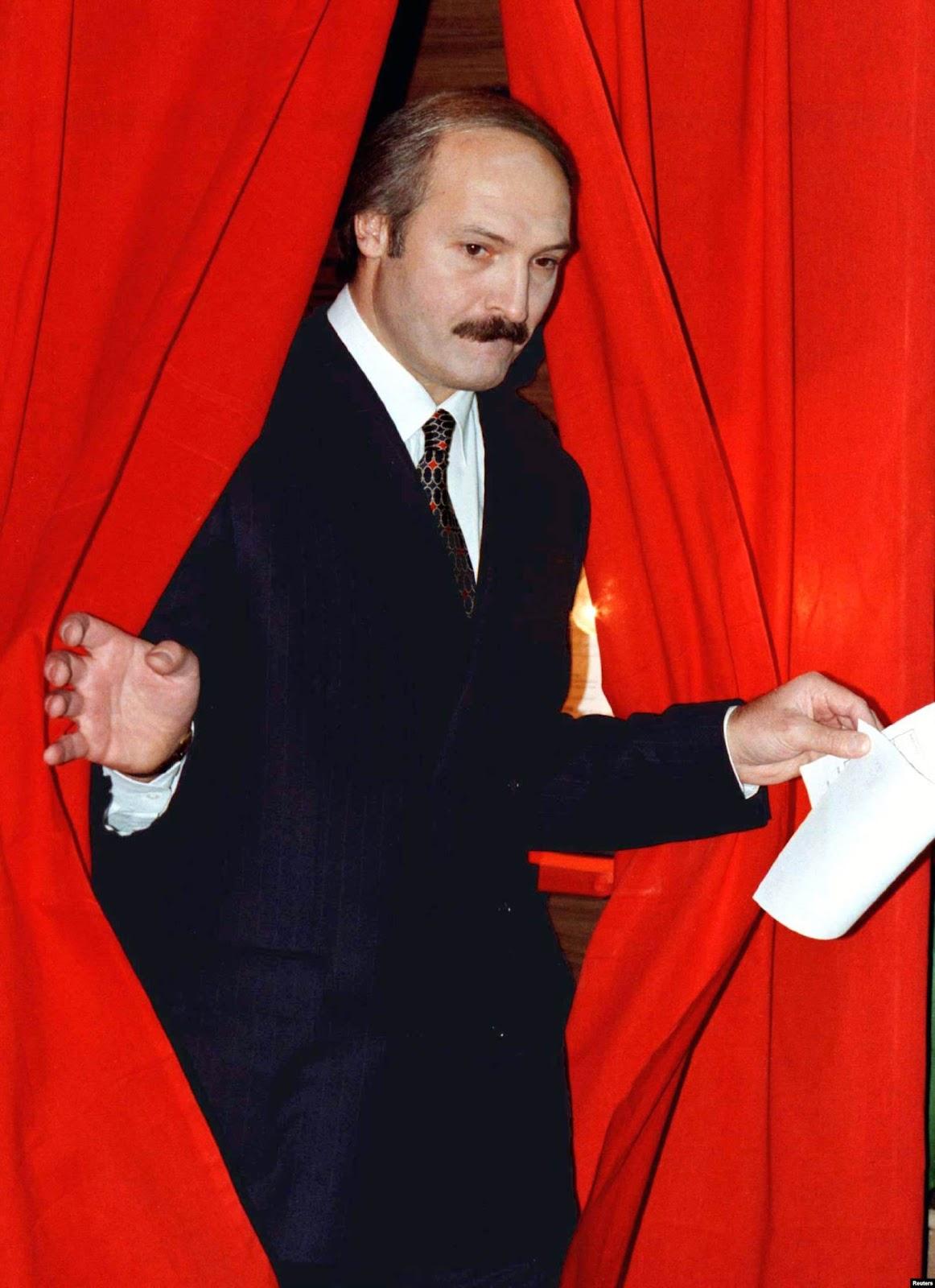 Президент Беларуси Александр Лукашенко выходит из кабины, заполнив бюллетени для голосования на референдуме в Минске 24 ноября 1996 года. Фото: Reuters