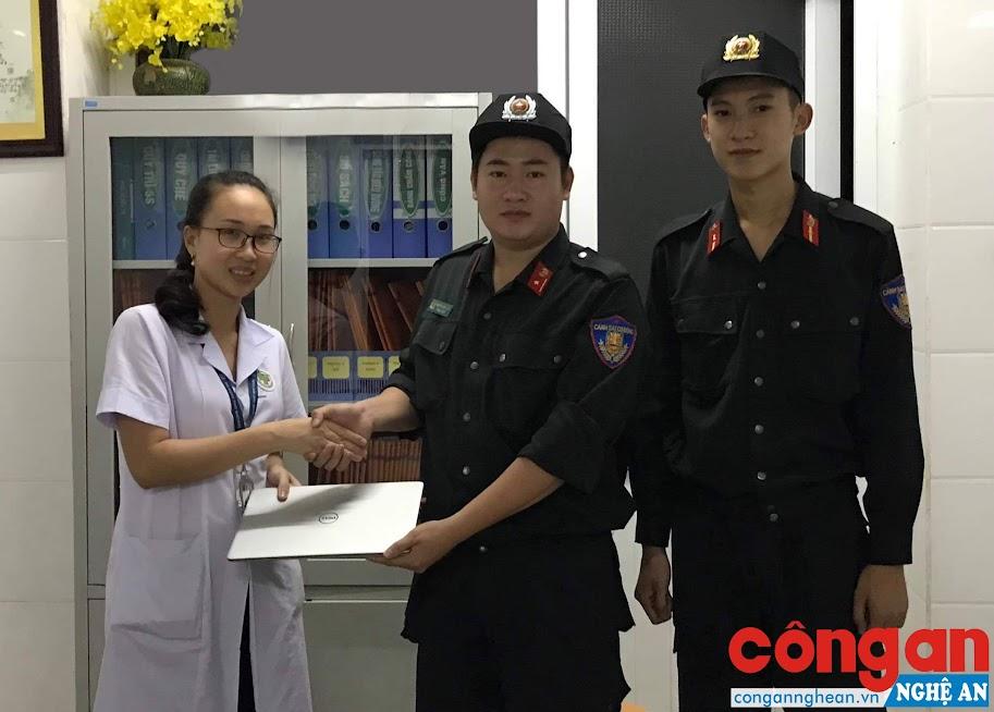Đại đội CSCĐ trả lại chiếc laptop cho chị Nguyễn Thị Hoài Thương